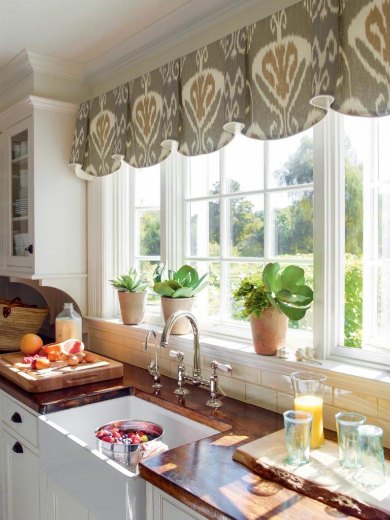 Декор кухонного окна ламбрекеном