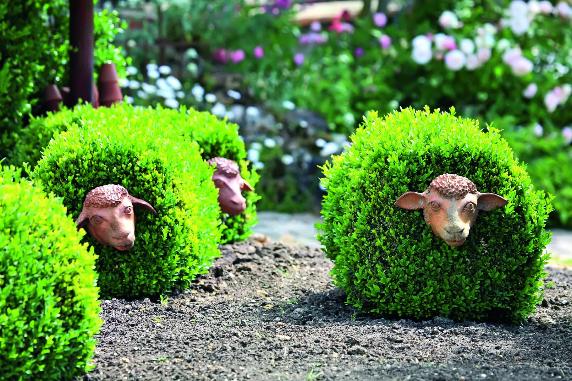 Декор кустов в саду