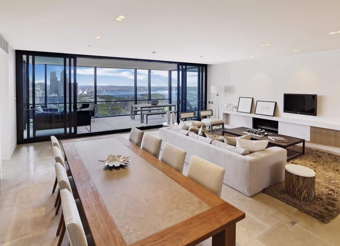 Панорамное остекление балкона в интерьере квартиры