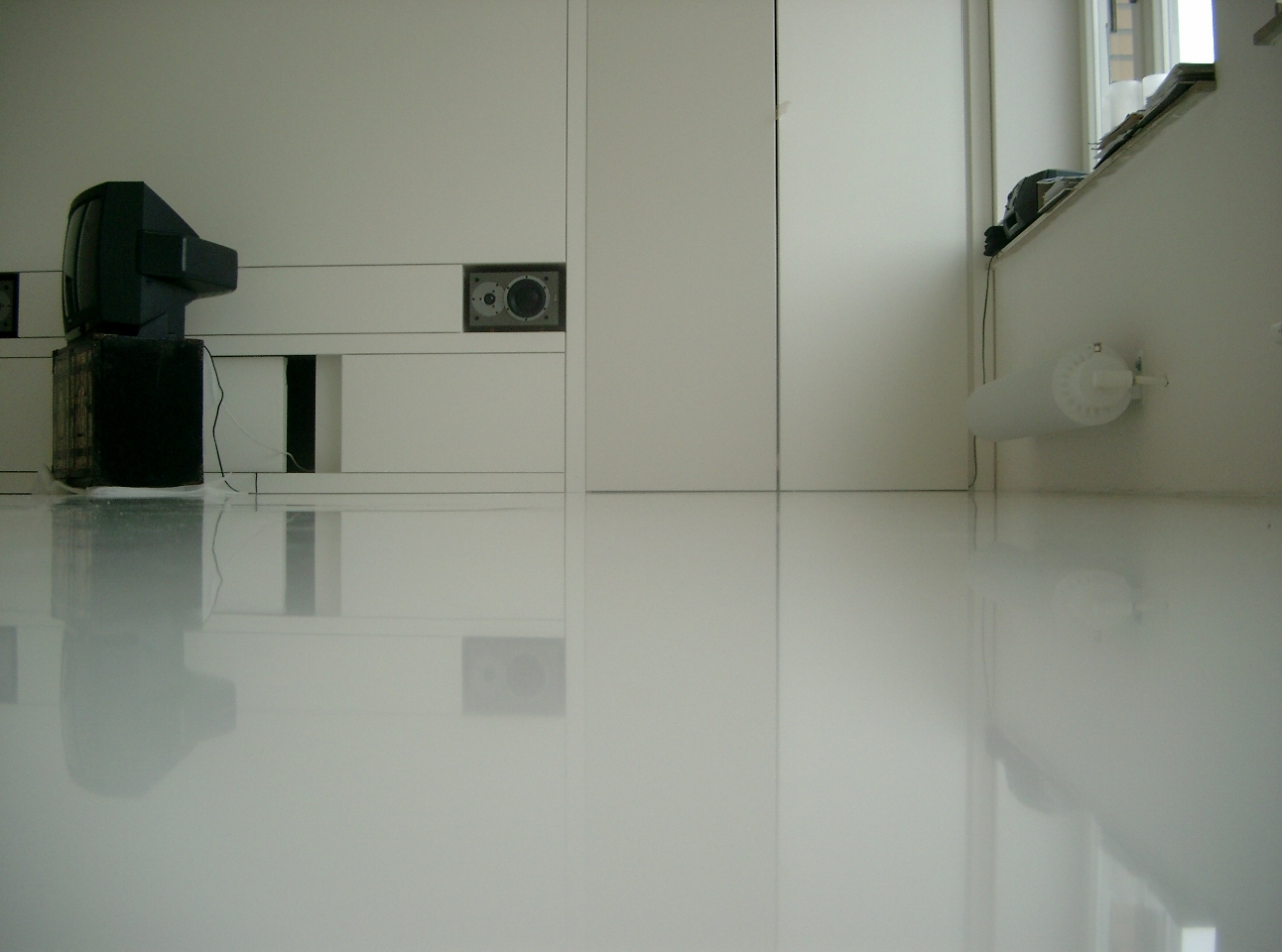 Глянцевый пол в интерьере квартиры