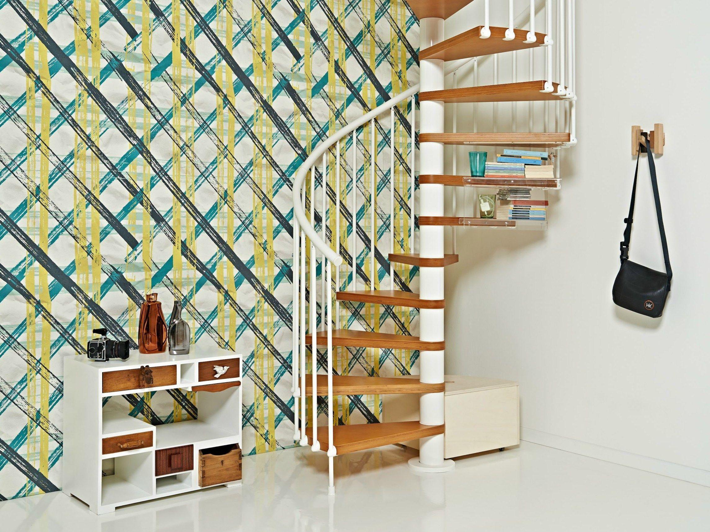 Металлические перила на лестнице в интерьере квартиры
