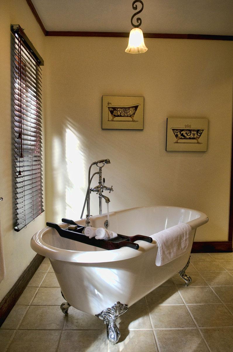 Отдельностоящая ванна в интерьере квартиры