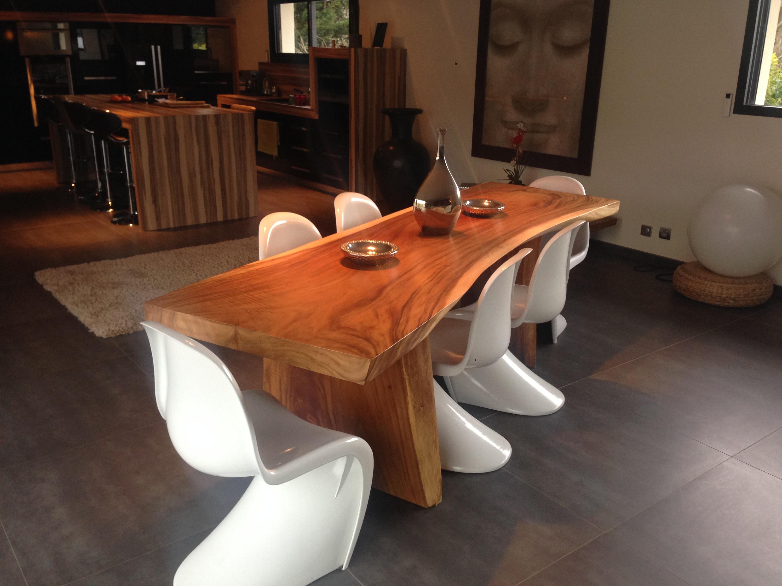 Лакированный стол из массива