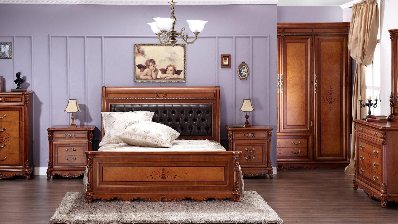 Лакированная кровать из массива дерева