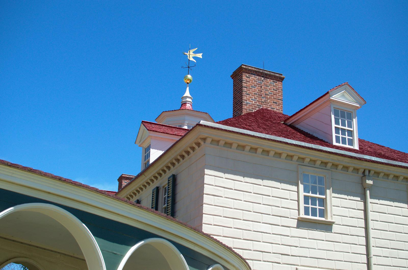 Флюгер в виде ласточки на крыше