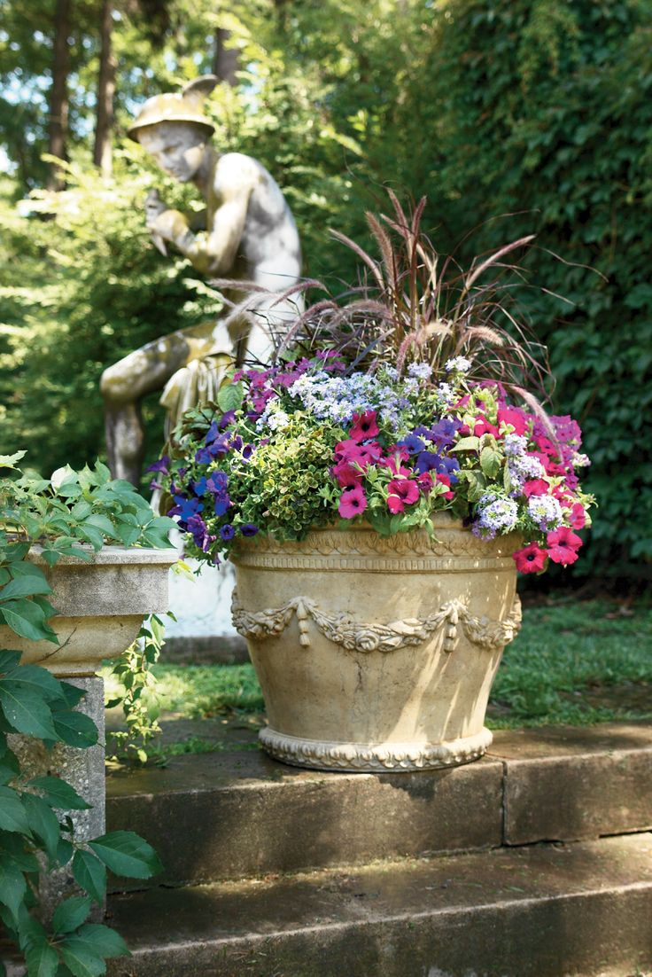 Вазон для цветов с лепниной