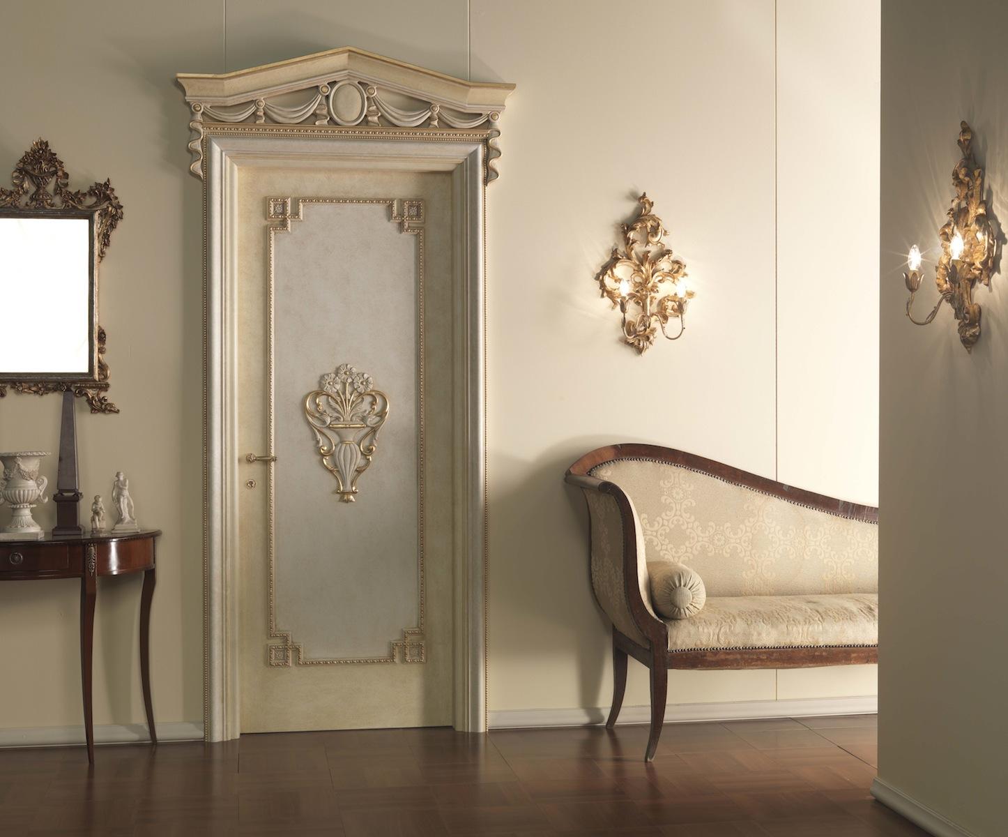 Декор двери лепниной