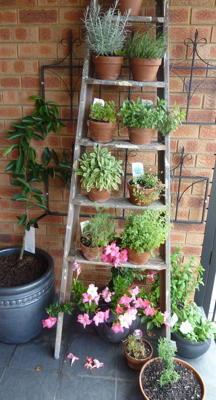 Декор садовой лестницы