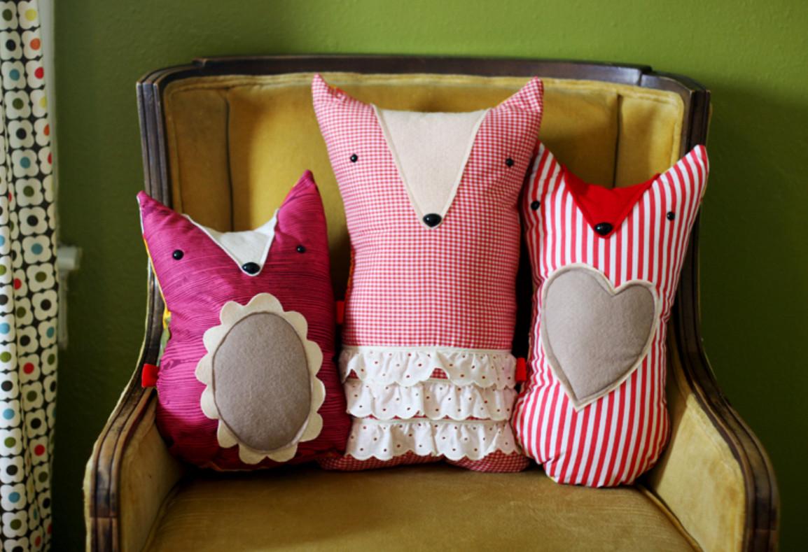 Декоративные подушки в виде лисичек в детскую