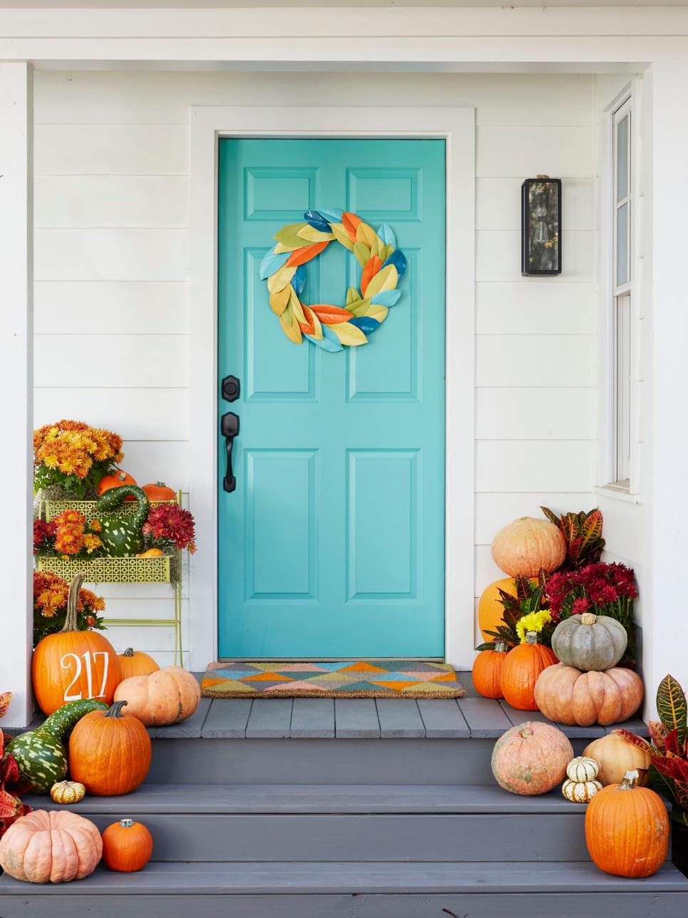Осенний декор двери листьями