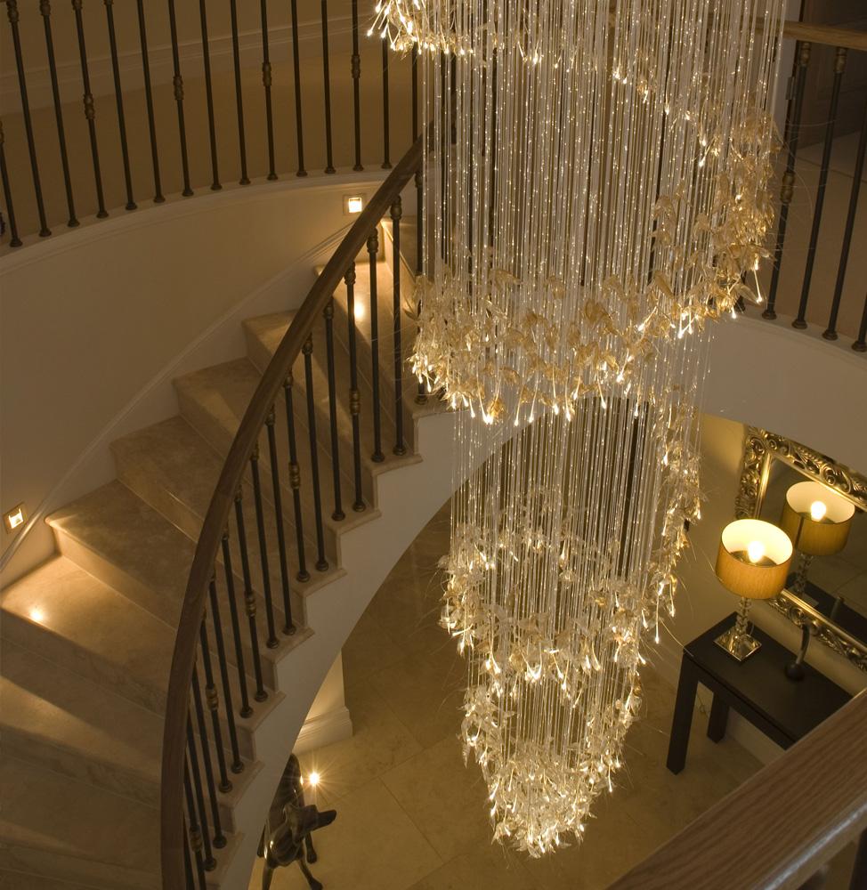 Подсветка лестницы люстрой