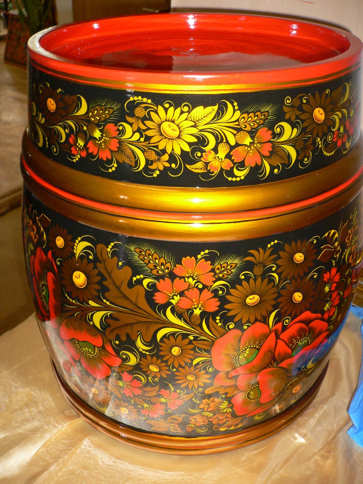 Хохломская цветочная роспись на посуде