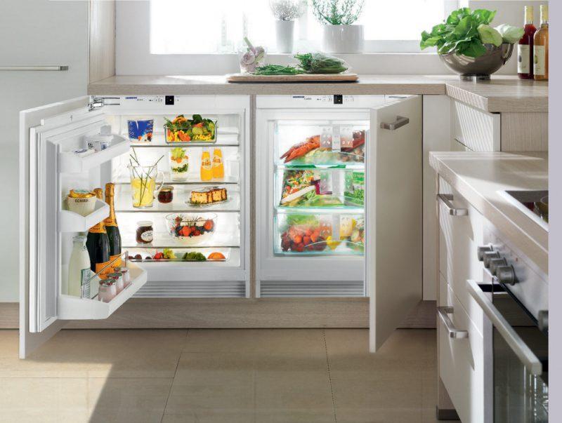 Холодильник под окном маленький