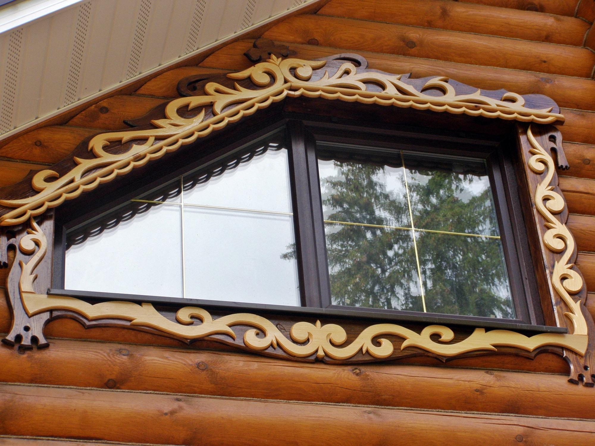 Резные окна в интерьере: ажурное изящество (24 фото)