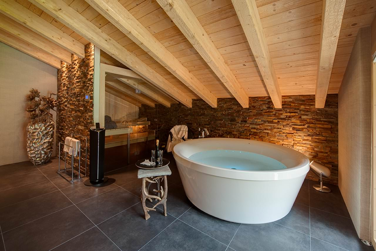 Отдельностоящая ванна на мансарде