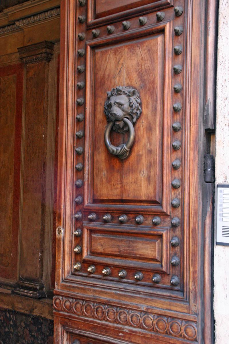 Металлический декор на входной двери