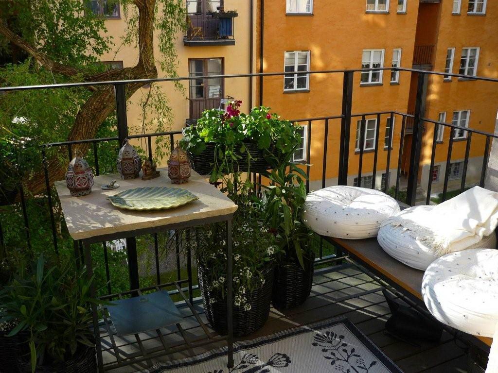 Металлическая мебель на балконе