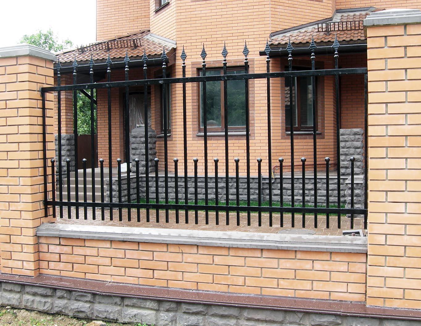 Забор из металла с кирпичными столбами