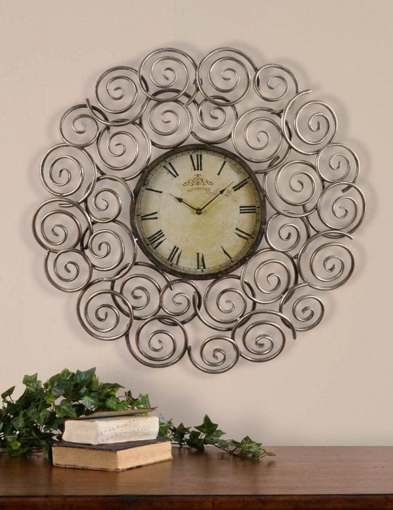 Часы с металлическим декором