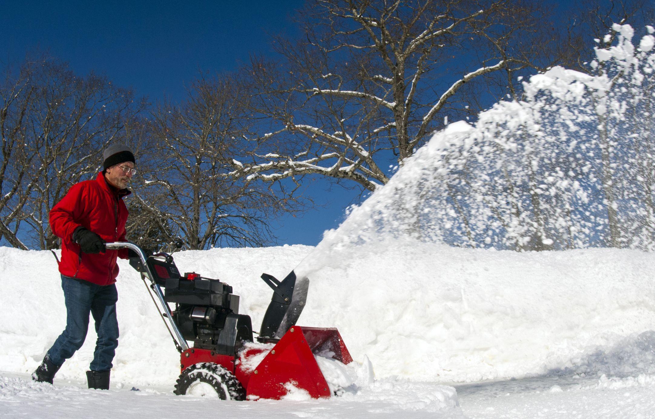 Снегоуборщик в металлическом корпусе
