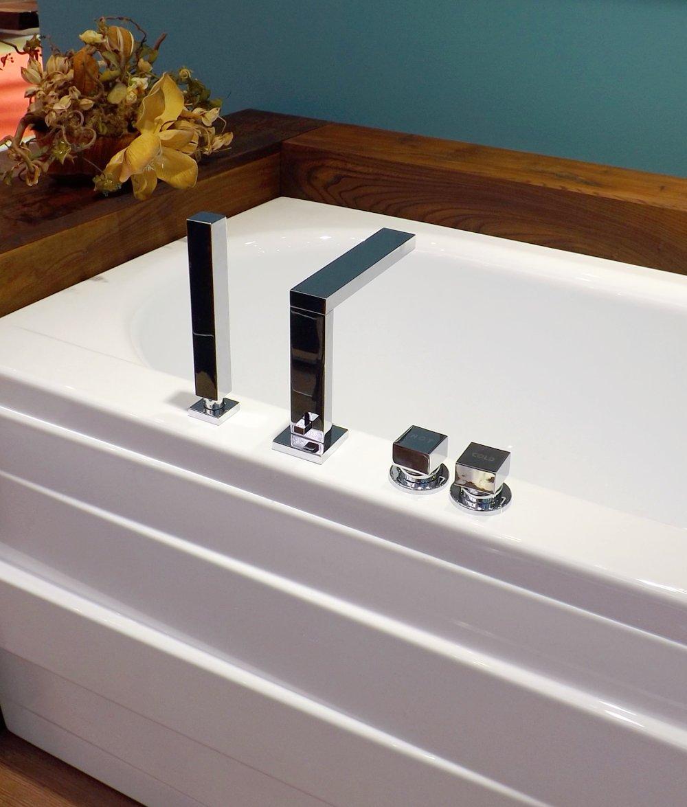Смеситель на борт ванны в минималистичном дизайне
