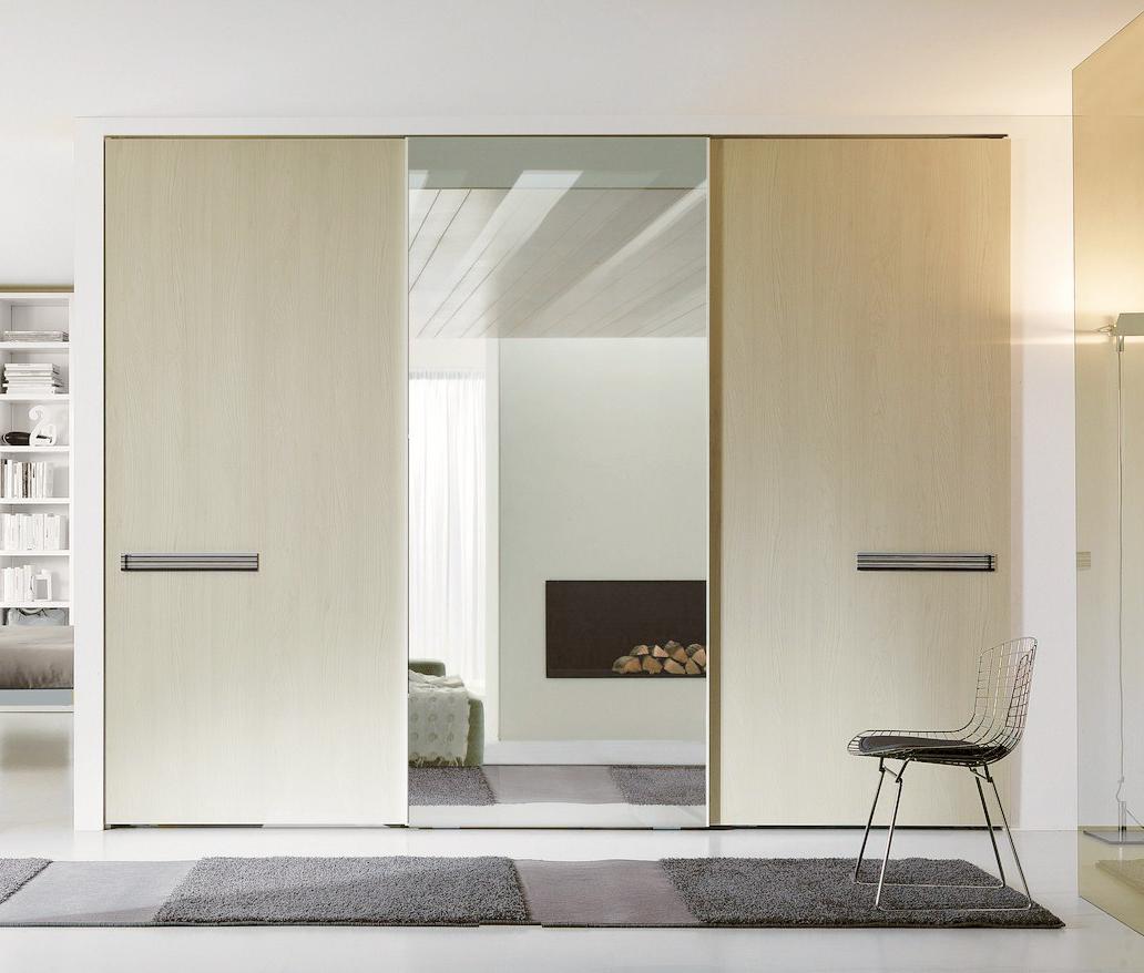 Шкаф-купе с зеркалом в минималистичном дизайне