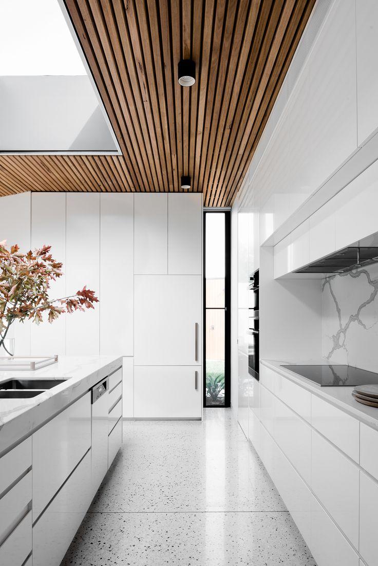 Комбинированный потолок в минималистском стиле