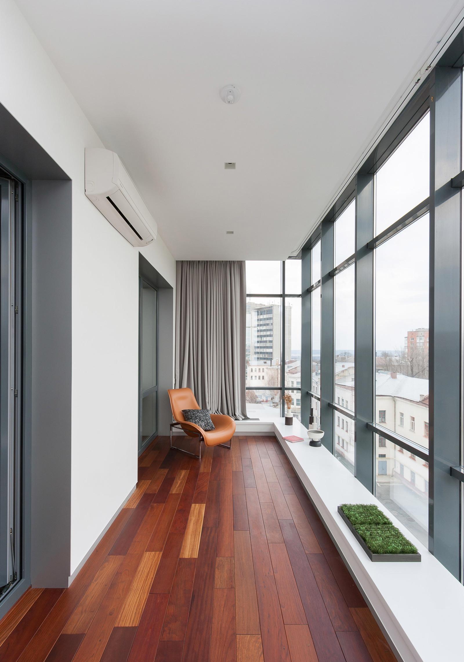 Балкон с панорамными окнами в минималистском стиле