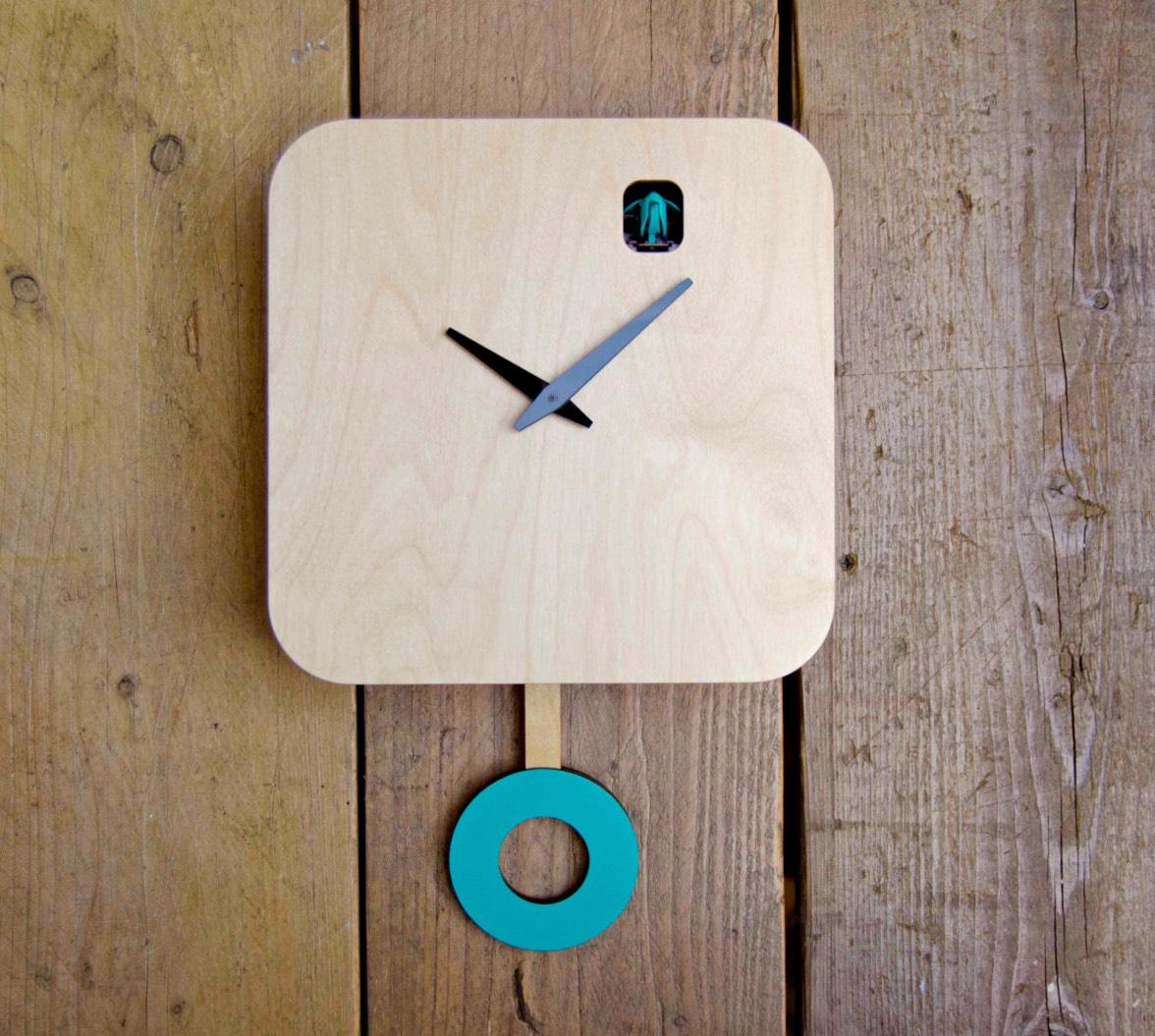Часы с кукушкой в минималистичном дизайне