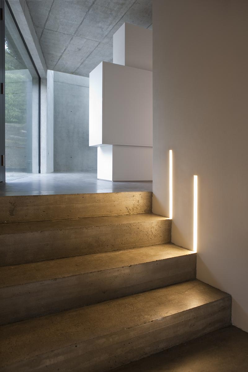 Подсветка лестницы в минималистичном стиле