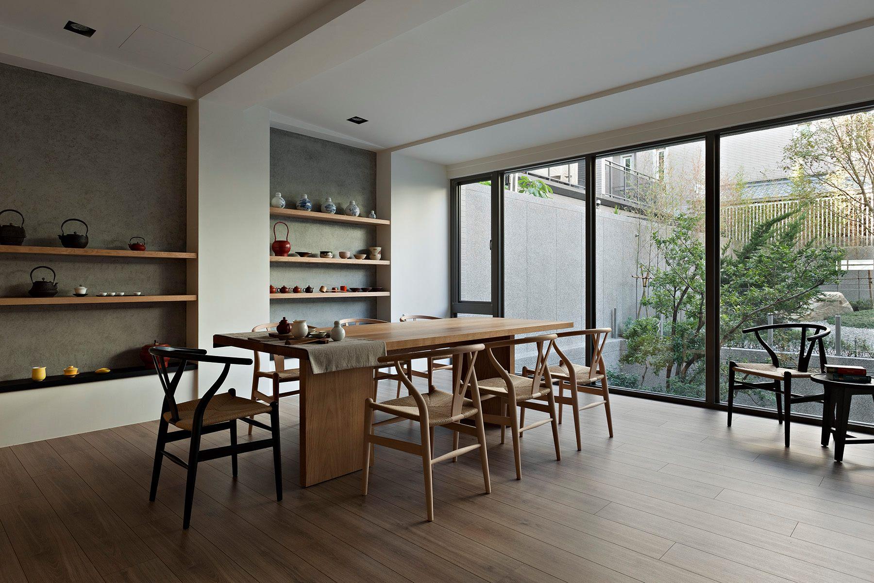Полки для посуды в минималистичном интерьере