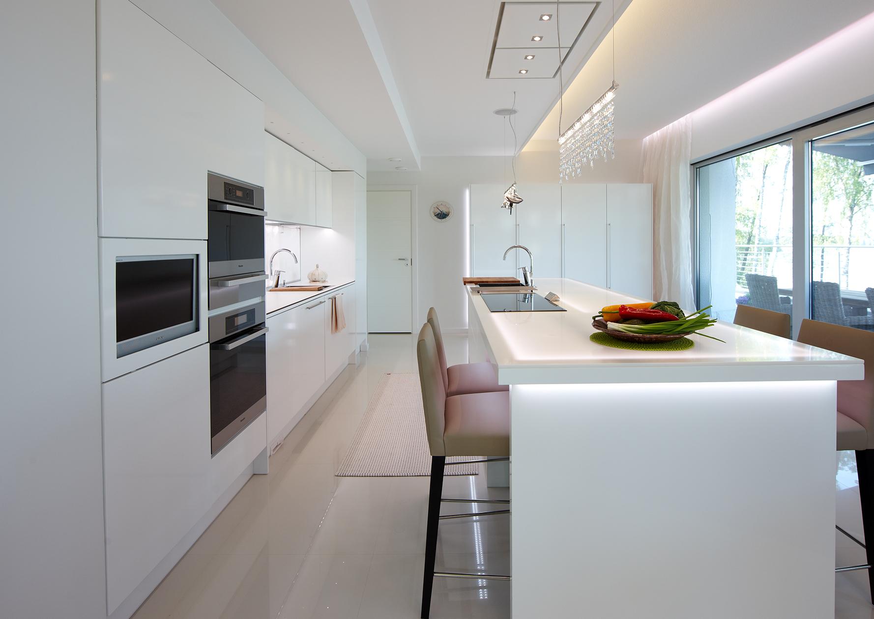 Потолок со светодиодной подсветкой в стиле минимализм