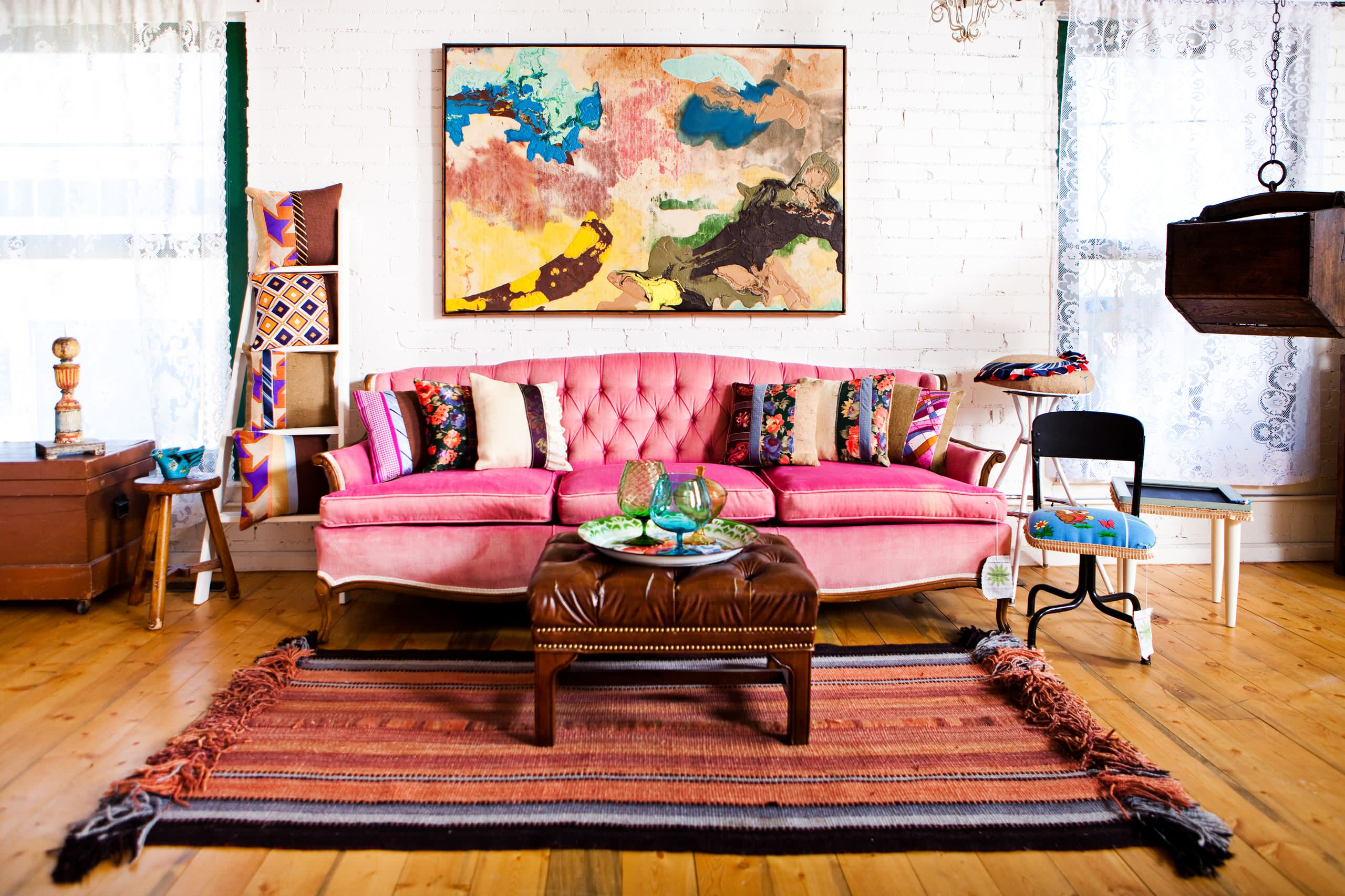 Розовый диван в стиле модерн