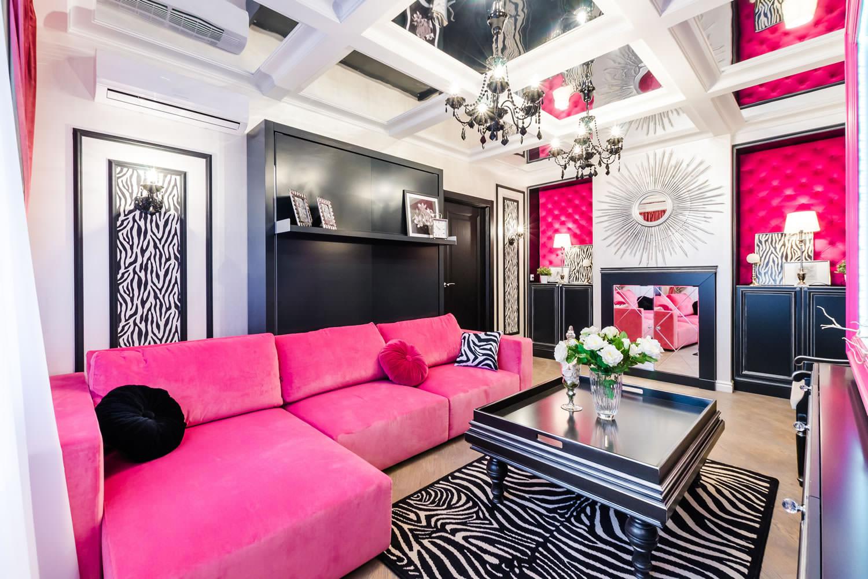 Розовый диван в современном дизайне гостиной