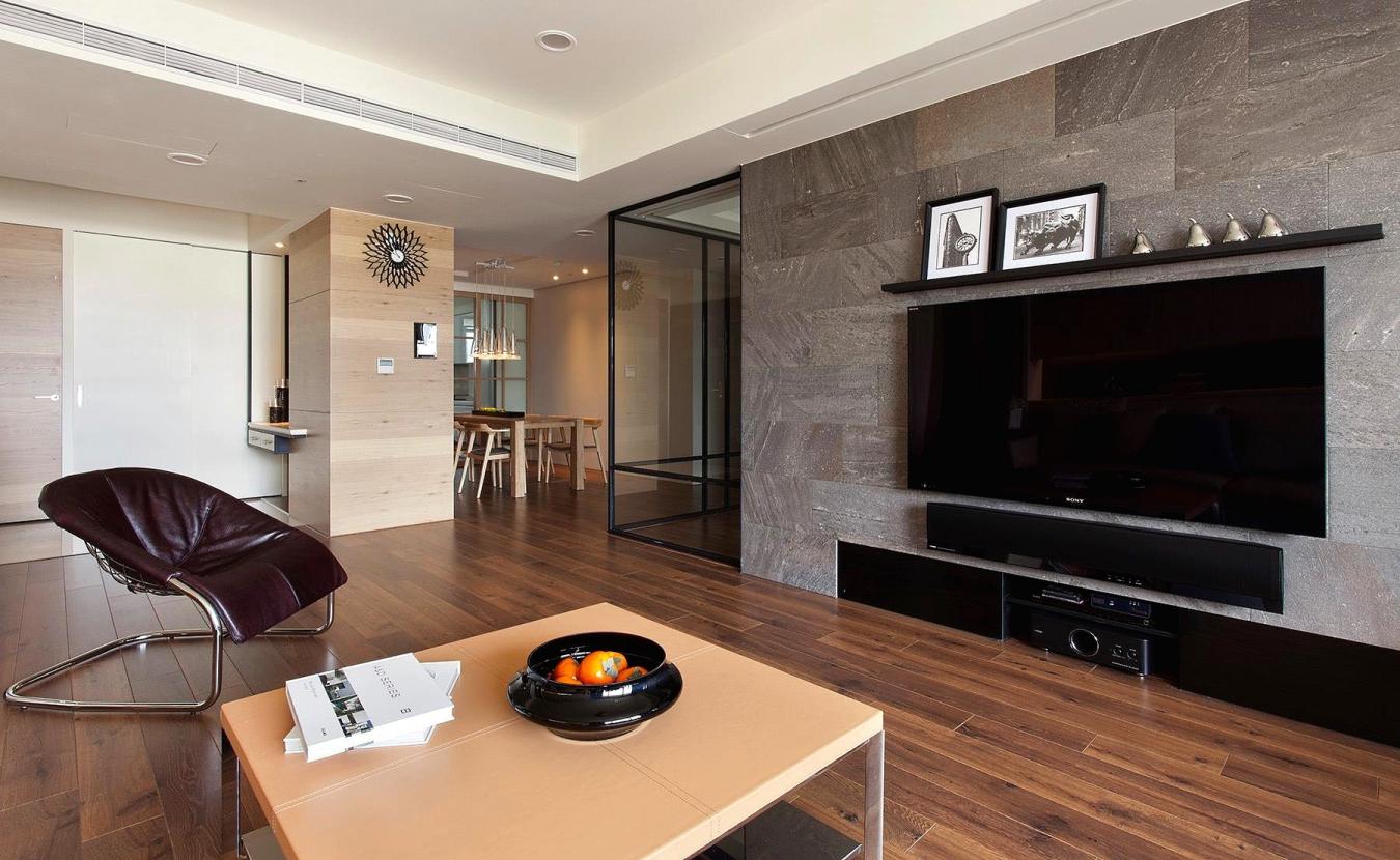 Камень на стене в гостиной в стиле модерн