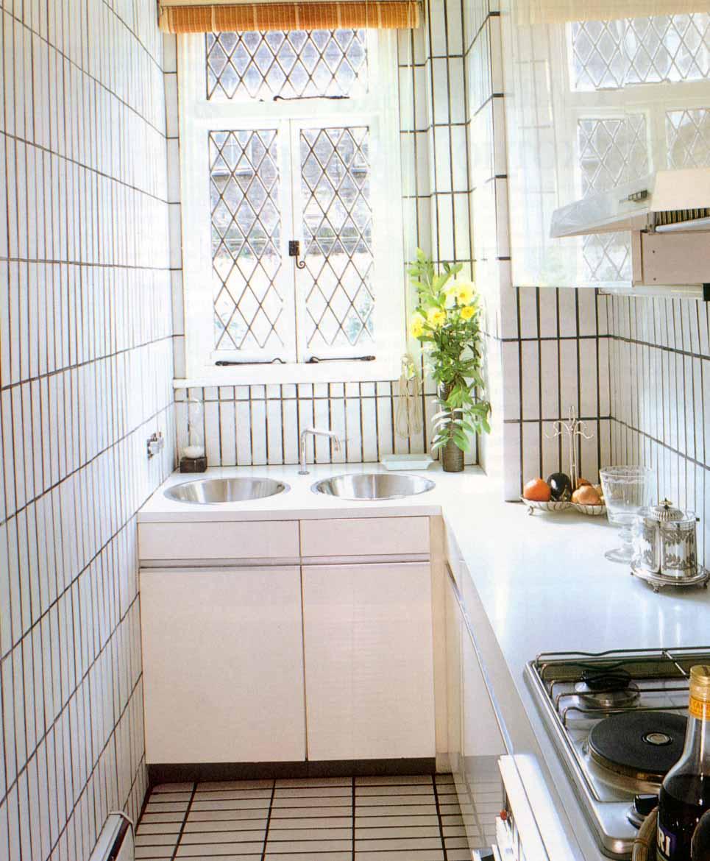 Мойка под кухонным окном