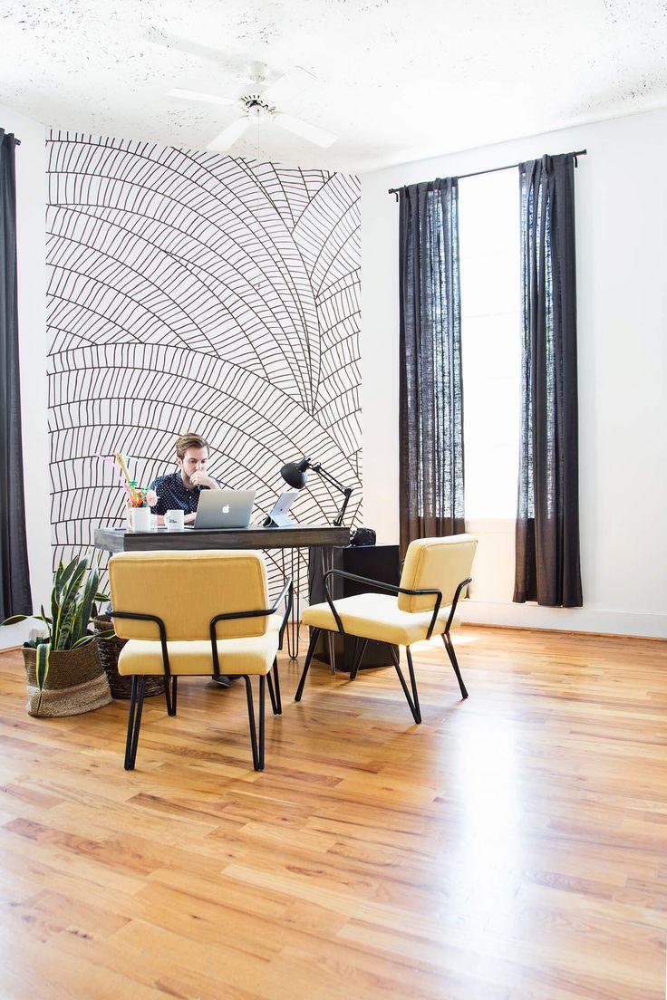 Монохромный рисунок на стене