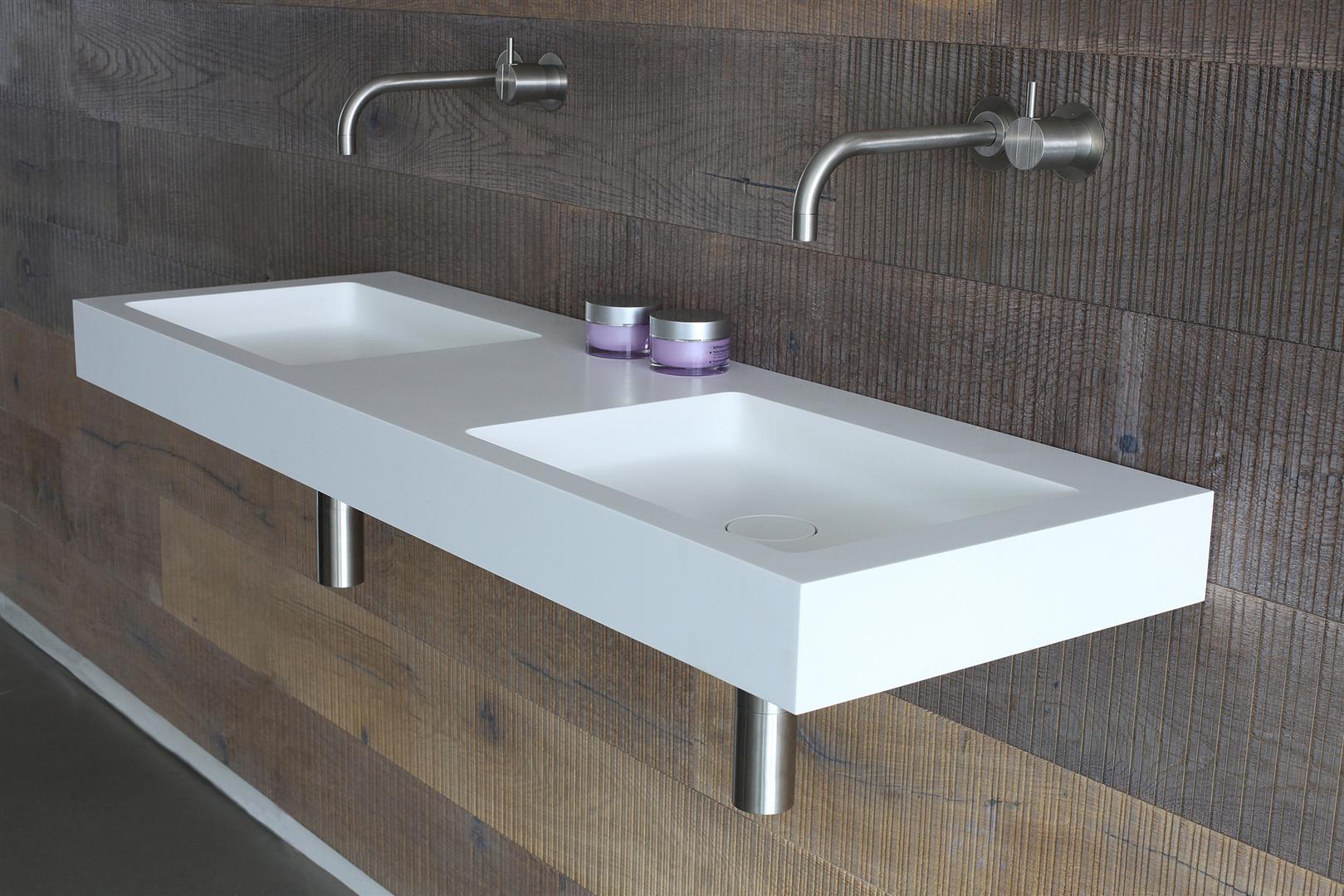 Монолитная двойная раковина в ванной