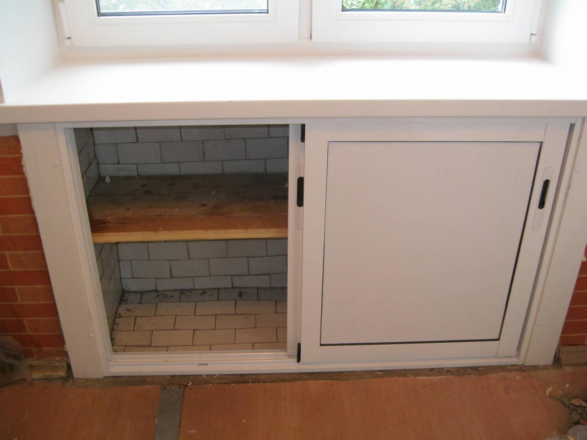 Холодильник под окном монтаж