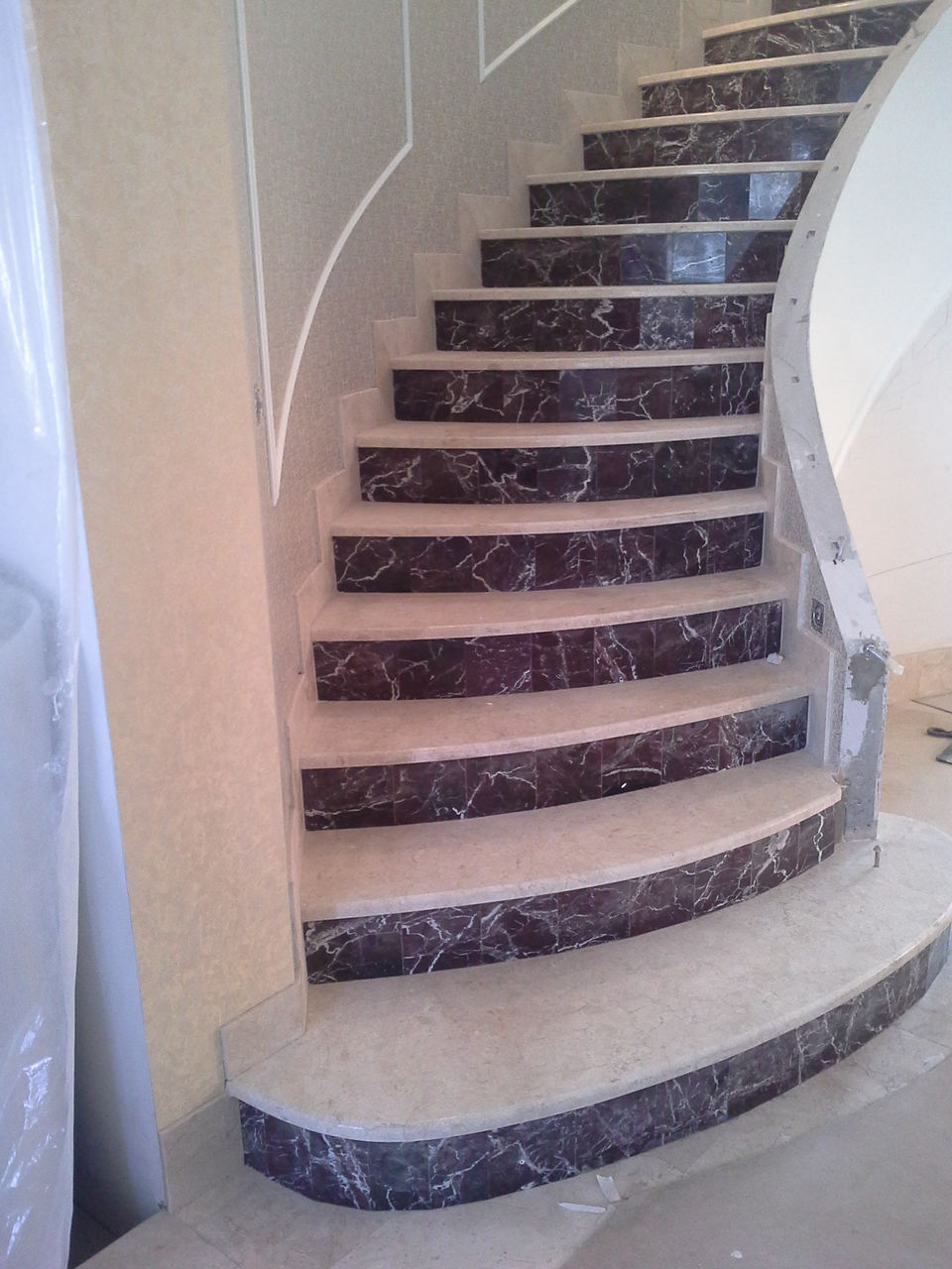 Облицовка ступеней лестницы мрамором