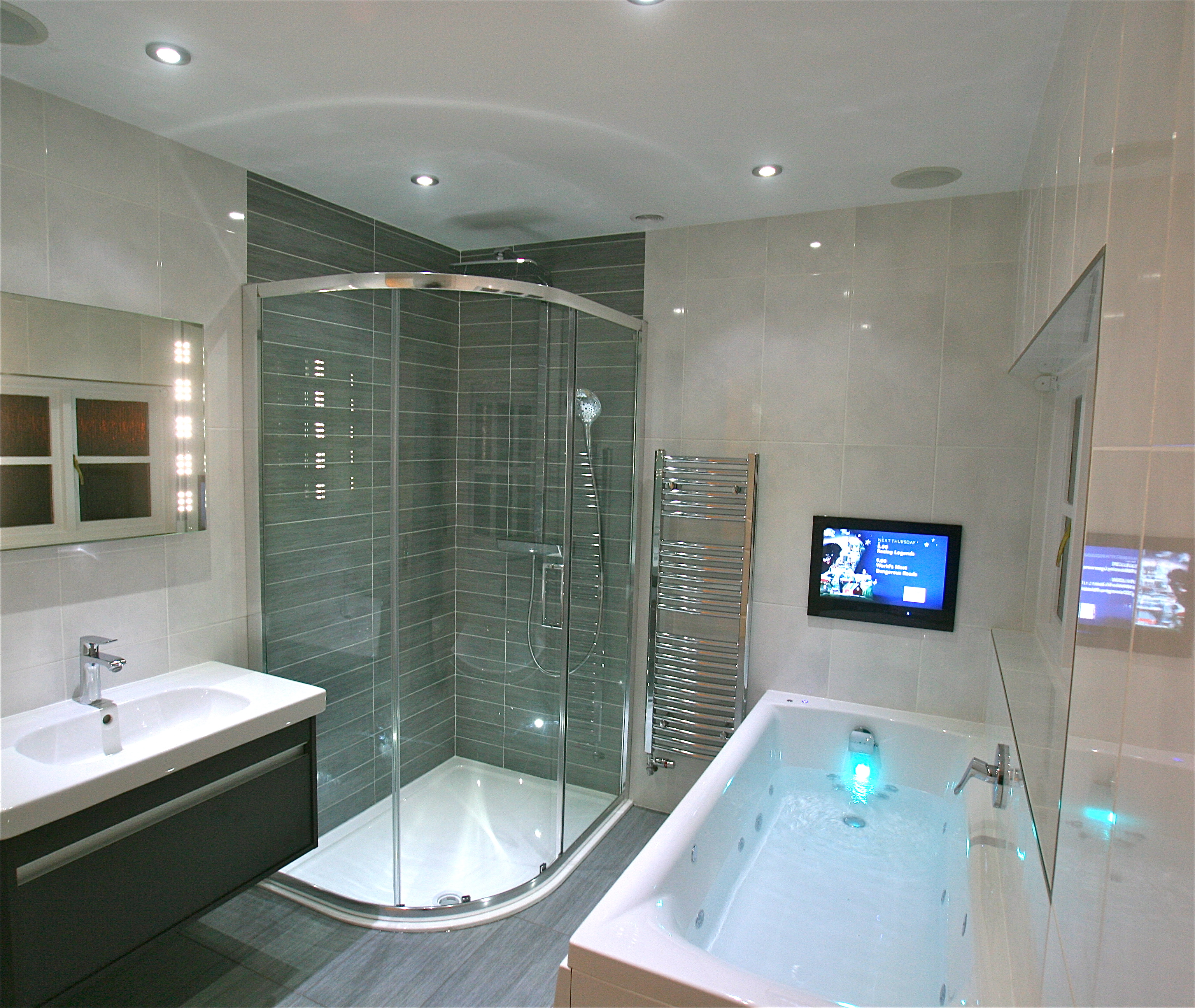 Телевизор над ванной
