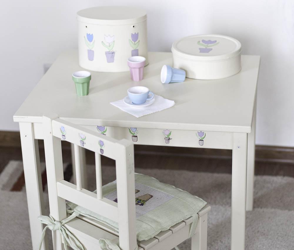 Декор детского стола наклейками