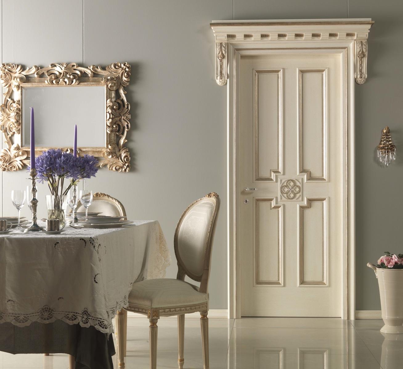 Деревянная дверь с декоративными наличниками в классическом стиле