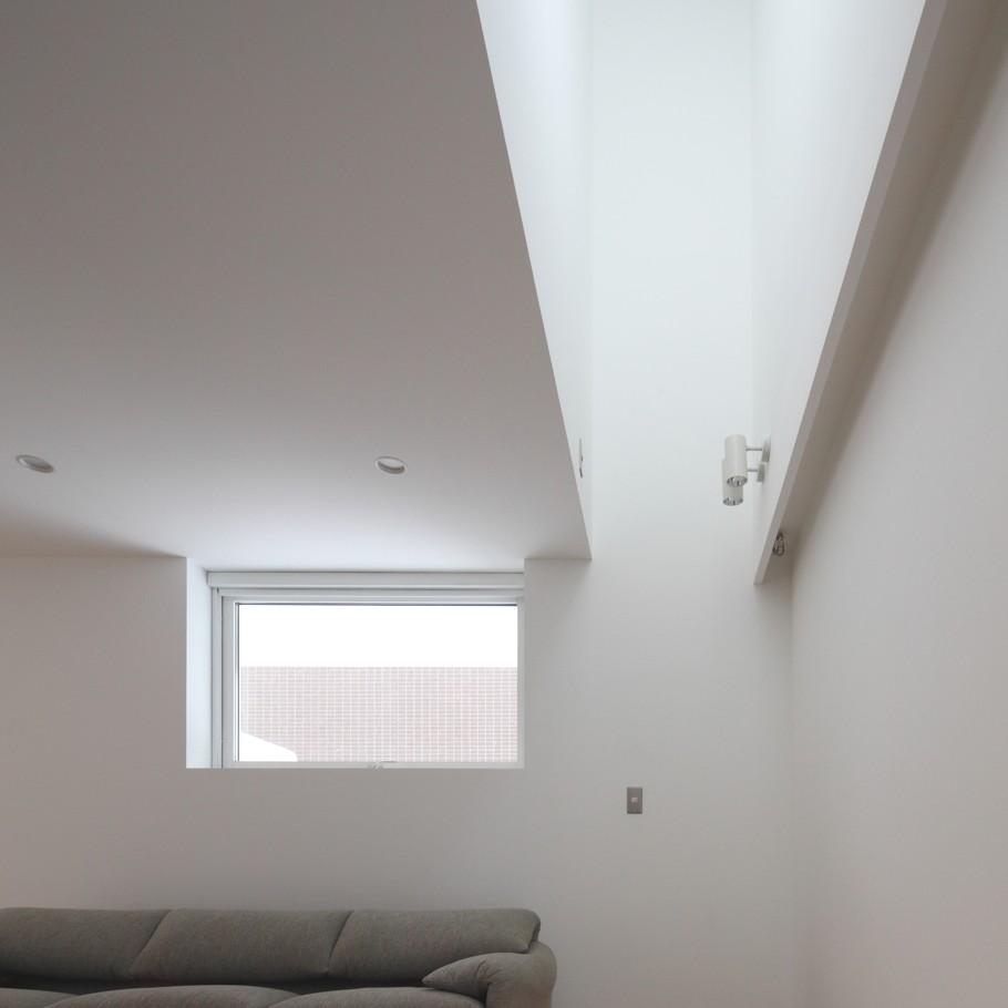 Подсветка стены направленными светильниками