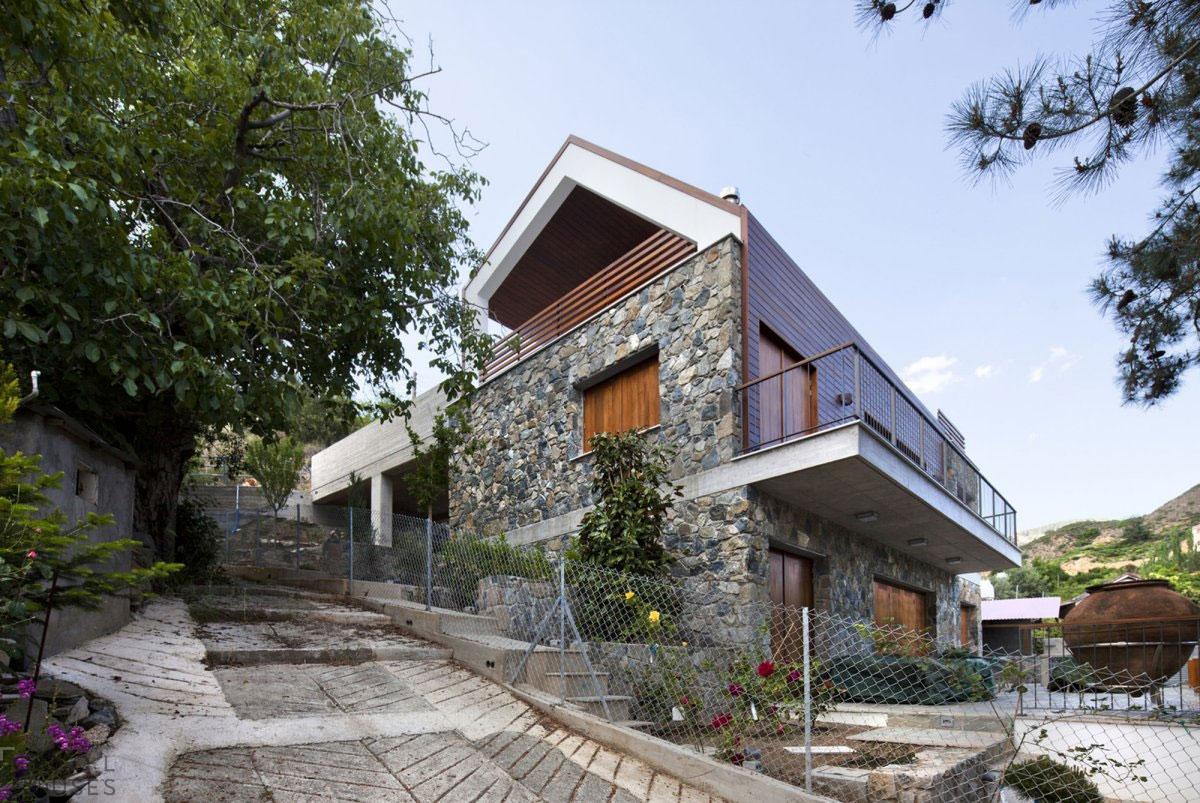 Фасадный декор дома натуральным камнем