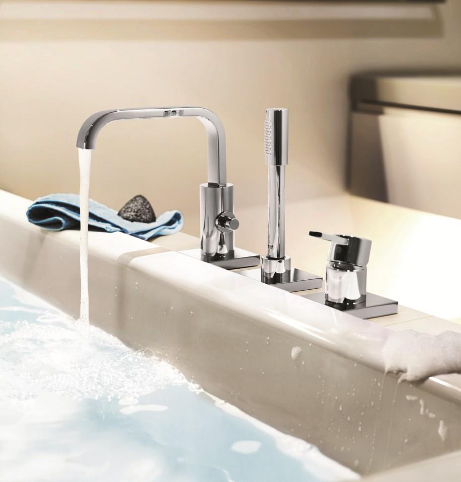 Никелевый смеситель на борт ванны