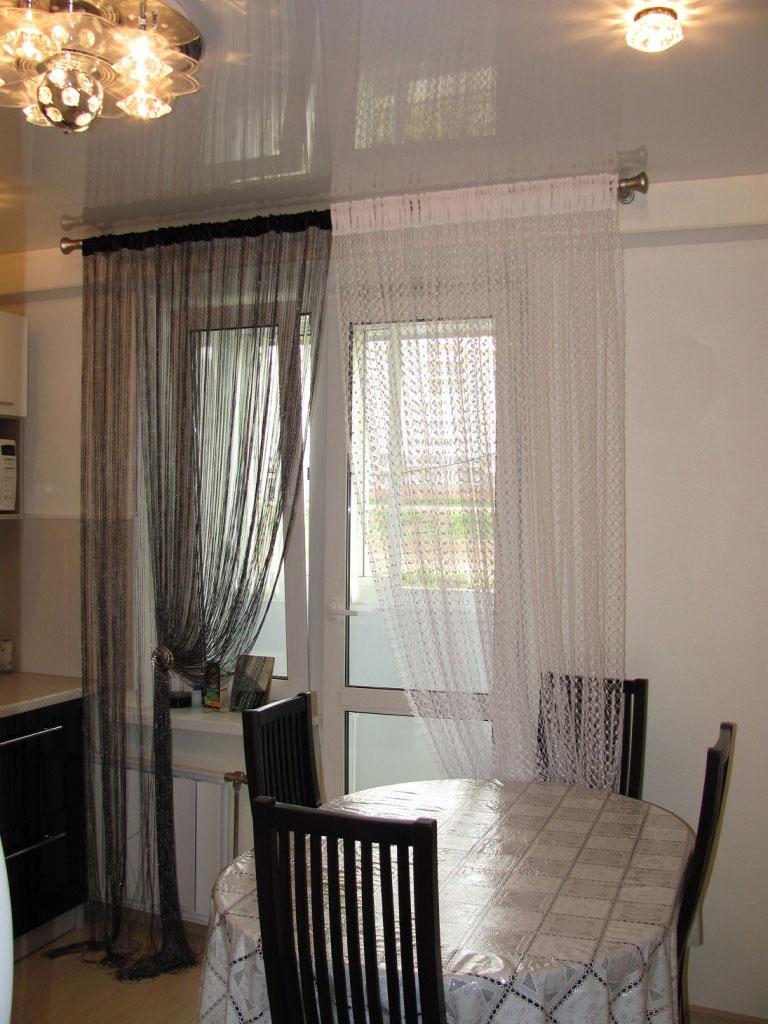 Оформление кухонного окна нитяными шторами