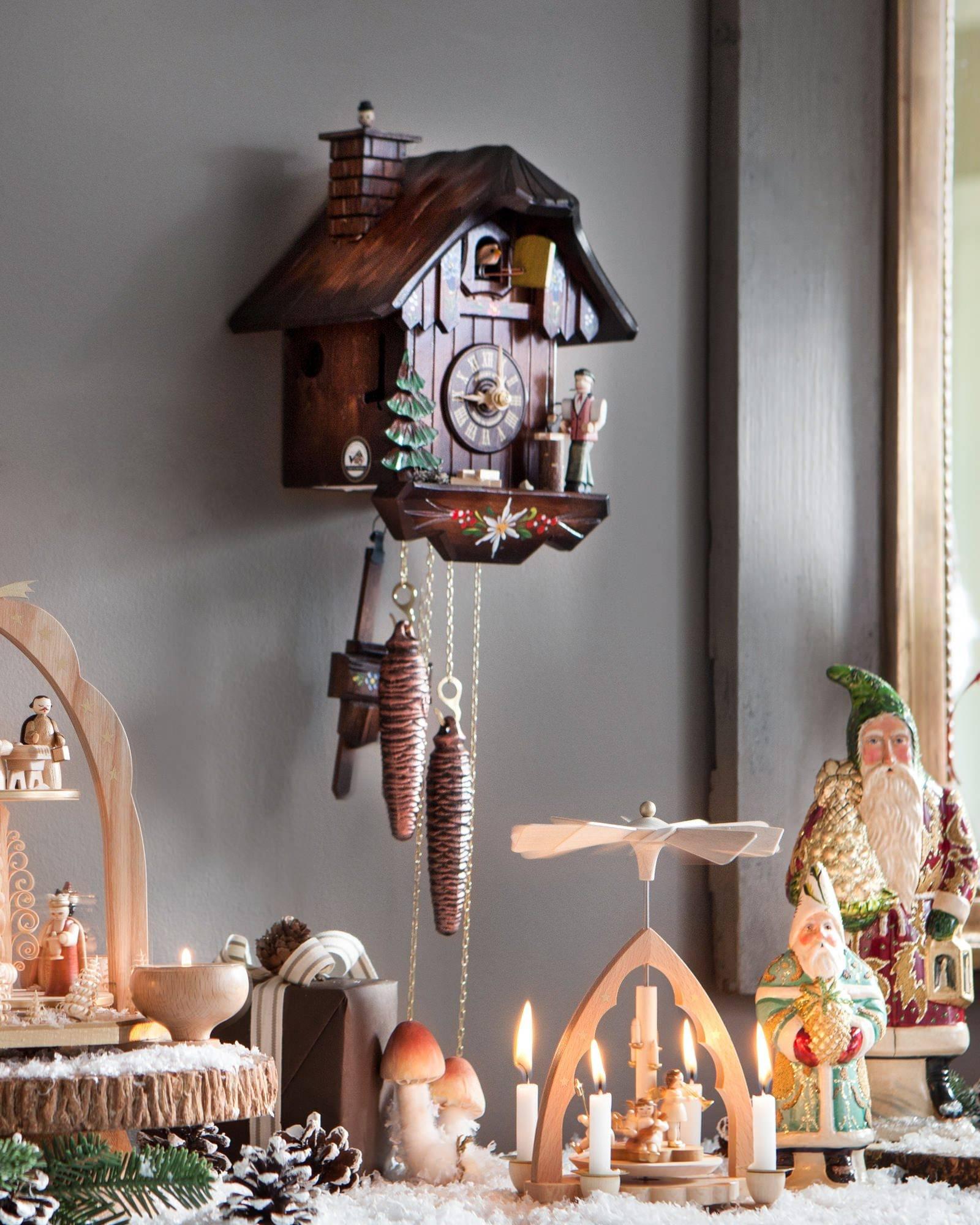 Часы с кукушкой в новогоднем декоре
