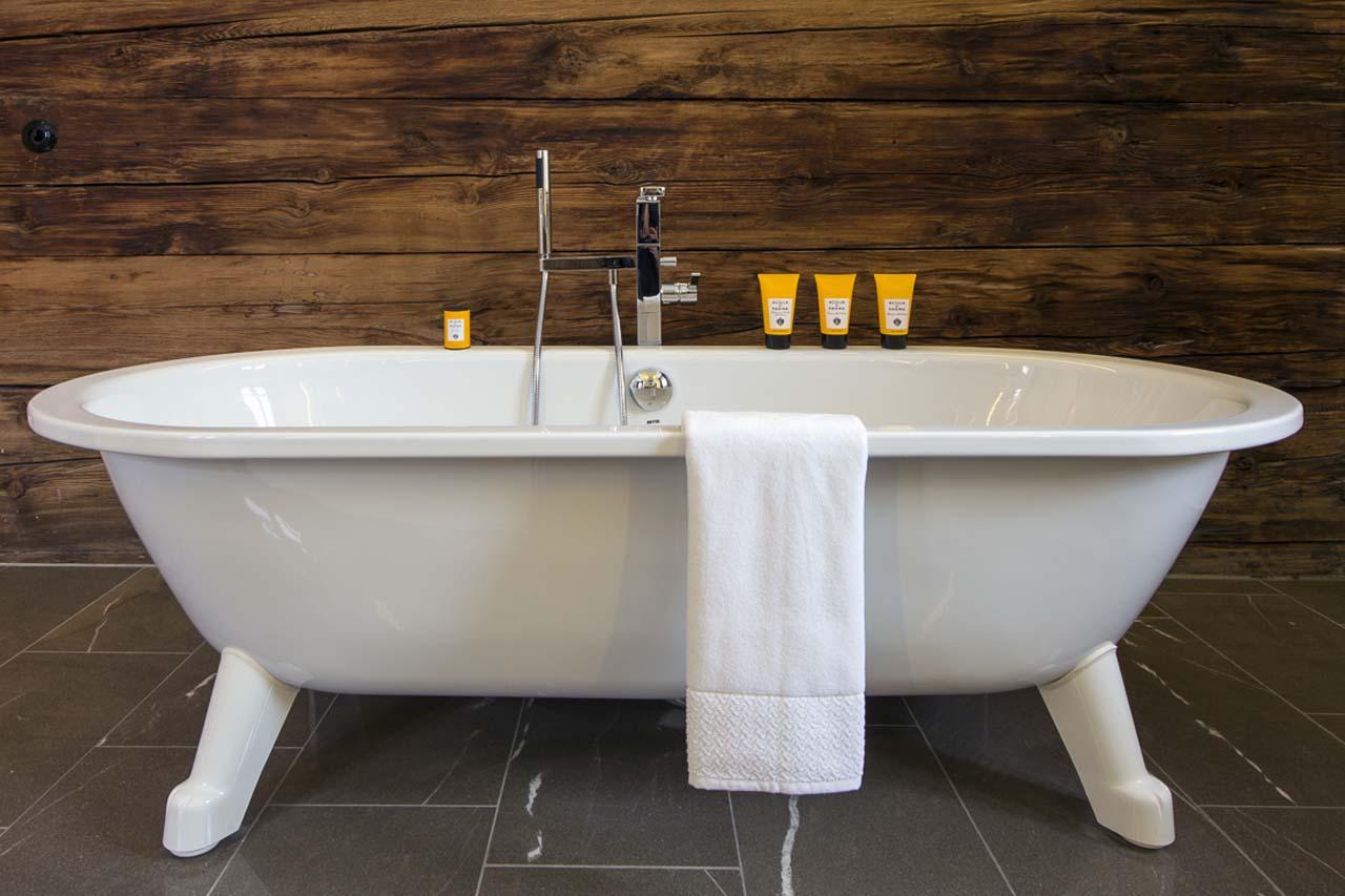 Отдельно стоящая ванна на ножках