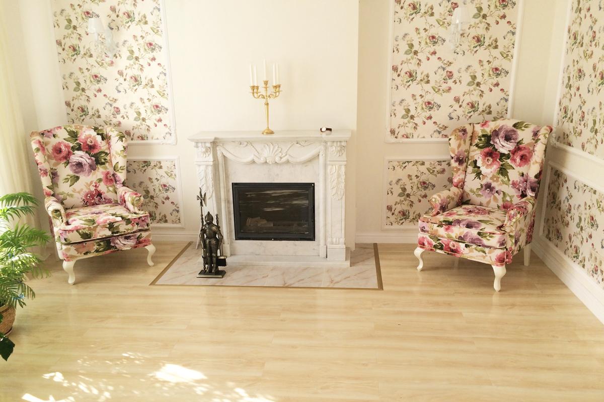 Кресло в стиле прованс на деревянных ножках